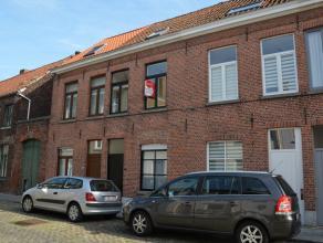 Gezellige rijwoning in de binnenstad van Brugge met 2 slaapkamers en stadskoer.<br /> <br /> Indeling: <br /> Glkv: inkom - woonruimte (21m²) met