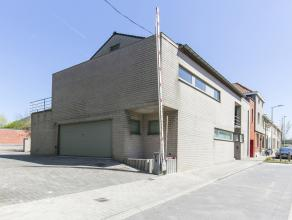 Uitzonderlijk ruime woning, afgewerkt met kwalitatieve materialen. <br /> <br /> Deze imposante koppelwoning is gelegen nabij de oprit van de E17 en d