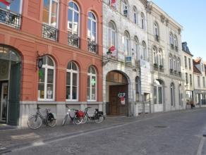 Centraal gelegen garagebox (nr. 17) in de Langestraat.<br /> <br /> Afmetingen: <br /> - Hoogte: 2,00m<br /> - Breedte: 2,51m<br /> <br /> - Huurprijs