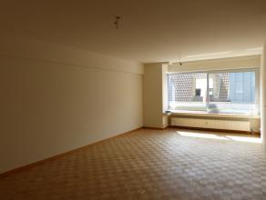 Dit appartement situeert zich in de Hofstraat, een straat parallel aan de Gustaaf Callierlaan. Enerzijds brengt dit een perfecte verbinding naar autos