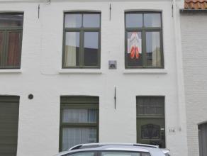 Gezellig en volledig gemeubeld authentiek Brugs arbeidershuisje met 3 slaapkamers.<br /> <br /> INDELING:<br /> Gelijkvloers: Inkom - woonkamer (12,5m