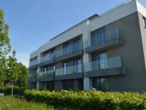 Schitterend nieuwbouwappartement, volledig geschilderd en instapklaar met een groot zuidgericht terras! <br /> <br /> Het appartement omvat een inkomh