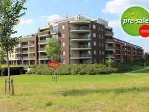 Recent appartement (84m²) gelegen op het gelijkvloers met een prachtig zicht op een volledig aangelegd wandelpark. Inkom, apart toilet, ruime lee