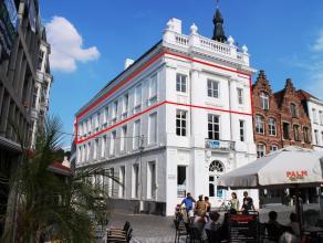 Magnifiek gerenoveerd appartement in het geklasseerde gebouw de Patria, gelegen op de Grote Markt in Kortrijk. Dit appartement werd in 2014 grondig en