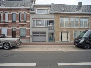De woning is opgetrokken op een perceel van +/- 504 m² en is gelegen nabij het centrum van Roeselare.<br /> <br /> De woning is als volgt ingedee