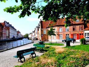 Prachtig gelegen hoekwoning in hartje Brugge, aan de Sint-Annarei.<br /> De woning biedt u naast een ruime woonkamer ook 4 slaapkamers en een stadskoe