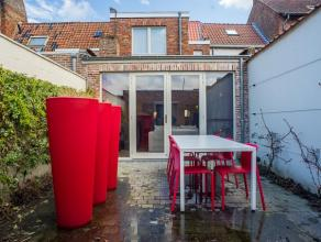 Dit gezellig huis is gelegen in hartje Brugge, heeft 3 slaapkamers en een zongerichte stadstuin. Gelegen nabij de vesten en het historisch centrum van