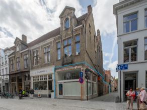 Handelsgelijkvloers met ruime etalage op zeer goeie commerciële ligging in het centrum van Brugge.<br /> <br /> Indeling:<br /> Handelsgelijkvloe