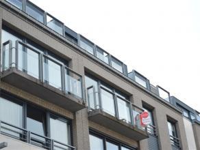 Instapklaar & ruim appartement<br /> Gelegen nabij de Ooststraat (centrum) Roeselare<br /> <br /> Het appartement heeft volgende indeling:<br /> i