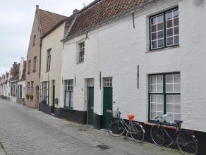 Gezellige Brugse woning met 2 slaapkamers en koertje in het centrum van Brugge.<br /> <br /> Indeling:<br /> Glkv.: woonkamer (20m²) - keuken (8m