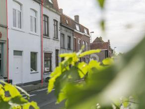 Dit vernieuwd en instapklaar huis bevindt zich nabij het Kanaal Bossuit-Kortrijk en het centrum van de stad. Winkels, scholen, openbaar vervoer, parke