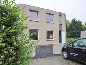 Gelijkvloers appartement met 2 slaapkamers en tuin nabij het centrum van Brugge.<br /> <br /> Indeling:<br /> Glkv.: inkom - woonkamer (42m²) met