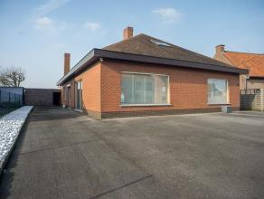 Deze alleenstaande woning is opgetrokken op een perceel van 936 m².<br /> <br /> De woning omvat een ruime inkomhal - veranda met zicht op de tui