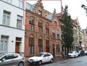 Karaktervol dakappartement in een geklasseerd gebouw (Bouwkundig Erfgoed) met 2 slaapkamers pal in het centrum van Ieper. Dichtbij slager, bakker, win