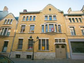Dit prachtig imposant herenhuis pur sang op 512 m² is gelegen pal in het centrum van Ieper recht tegenover de Sint-Niklaaskerk. Deze voormalig