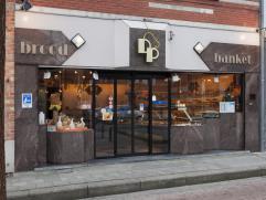 Commercieel gunstig gelegen handelspand (voorheen bakkerij) met privé-woonst langs invalsweg naar Brugge.  INDELING: - kelder - gelijkvloer
