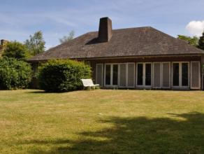 Deze mooie villa is gelegen op een rustig perceel (ca. 1.350m²) temidden een residentiële wijk te Sint-Andries, in de nabijheid van winkels,