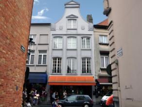 Prachtig onderhouden beletage-woning gelegen op 150 m O.L.V toren, met uniek en open zicht op de Walstraat. Deze statige woning is gelegen op de 1e, 2