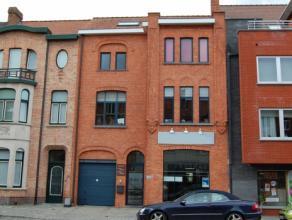 Goed gelegen Handelsruimte bestaande uit: kelderverdiep als stockageruimte 20 m². Handelsruimte op gelijkvloers 72 m² voorzien van een etala
