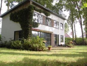 Tijdloze villa in rustige prachtige omgeving op 1.100m². Glv. : garage met oprit, ruime inkom, stookruimte, Lichtrijke L-vormige leefruimte met z