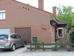 Halfopen woning nabij centrum van Brugge en goede verbinding naar expresweg met inkom, living, eetplaats, keuken, badkamer, 3 slk's, garage, zolder, t