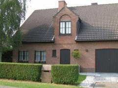 Goed onderhouden alleenstaande woning met living, keuken, berging, garage, terras en tuin. Verdieping met 4 slaapkamers, badkamer en zolder. Epc : 355