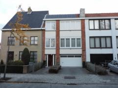 Deze bel-étage woning is rustig gelegen. Op glv garage, berging en tuin. 1e v met living en ingerichte eetkeuken, terras. 2e verd met 2 slaapka