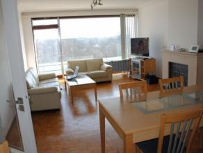 Residentie Ten Hove: vlakbij station en centrum Brugge. Ruim appartement met hal (voorzien van vestiaire), lichtrijke living, terras voor- en achteraa