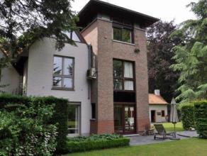 Instapklare villa ingeplant op een ruim lot van ca. 3.200m², omgeven door een prachtig aangelegde tuin met vijver. Deze villa is gelegen in een r