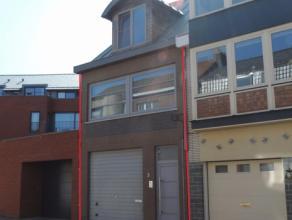 Deze bel-étage woning beschikt op het gelijkvloers over een zeer ruime garage met elektrische poort, bergingen/bureel, wasplaats en ruime inkom