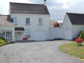 Ruime alleenstaande woning met mooie tuin, 2 garages, ruime living, ingerichte keuken, 3 slks, badk, douchekamer, ruime zolder. epc : 650kwh/m²