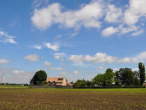 Deze exclusieve landelijke villa (gebouwd in 2011), is gelegen op een prachtig perceel van ca. 2.225m² in een groene omgeving te Wingene, op 5 mi
