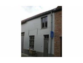 Recent vernieuwde instapklare stadswoning in het centrum van Brugge met living, ingerichte keuken, berging, terras + tuintje. Verdieping met 2 slaapka