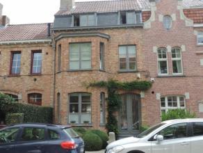 Deze lichtrijke en kwalitatief afgewerkte woning heeft een ruime inkomhal in natuursteen, een aangename living voorzien van ingemaakte kasten en parke