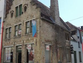 Goed gelegen handelsruimte en gezellig duplex appartement gelegen in centrum Brugge. De handelsruimte bestaat uit 2 delen die kunnen samengevoegd word