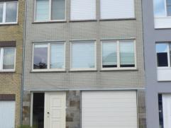 Om GEZELLIG te WONEN ... kan je in de GERALAAN 16 zijn, bel-etage huis met gelijkvloers inkomhall, berging onder trap, trap nr 1V, grote garage met au