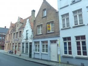 Een STIJLVOL gerenoveerde WONING in de binnenstad met inkomhal, gastentoilet, ruime ingerichte en uitgeruste luxe keuken met natuursteen werkblad en b