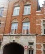 Charmante gemeubelde 19de eeuwse woning bestaande uit living, ingerichte keuken met toestellen, 3 grote slaapkamers waarvan 1 ruime zolderkamer, badka