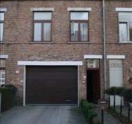 Bel-etage bestaande uit inkom - woonplaats 40 m² met open keuken (met apparaten) - twee slaapkamers - badkamer met ligbad garage 2 - berging - da