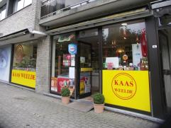 Dit handelspand met winkelruimte heeft een commerciele ligging in het centrum van Sint-Kruis. De verkoop is gekoppeld aan een overname.Bestaande uit e