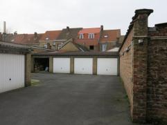 Garage gelegen in het centrum van Sint-Kruis Brugge.Ideaal als belegging of een veilige plaats om uw wagen te stallen. De garagebox heeft voldoende ma