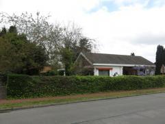 Deze gezellige laagbouwvilla is rustig gelegen in Sint-Kruis, dichtbij diverse winkels, de Maalsesteenweg en een bushalte. De grote troef van deze woo