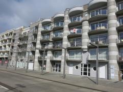Dit prachtig 2-slaapkamerappartement is zeer rustig gelegen in Zeebrugge. De woongelegeheid met veel lichtinval en zicht op de haven heeft een central