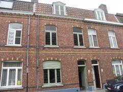 Deze ruime en goed onderhouden woning is goed gelegen in het centrum van Brugge met een heel vlotte verbinding naar de ring.. Bestaande uit een inkom,
