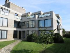 Dit zeer ruim 4-slaapkamerappartement is residentieel gelegen in Sint-Michiels Brugge, vlakbij diverse winkels (apotheker & dagbladhandel in gebou