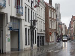 Afgesloten autostandplaats met voorziening water en electriciteit gelegen in de Garenmarkt, dichtbij de Markt in het centrum van Brugge.Onmiddellijk v