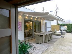 Deze zuidgerichte luxueuze villa is zeer rustig gelegen in een residentiele wijk van St-Kruis. De instapklare & zeer energiezuinige woonst is voll