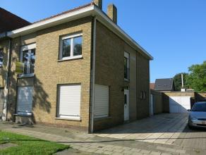 Deze goed onderhouden koppelwoning met ruime garage heeft een interessante ligging in Sint-Andries, dichtbij het centrum van Brugge en met zicht op ee