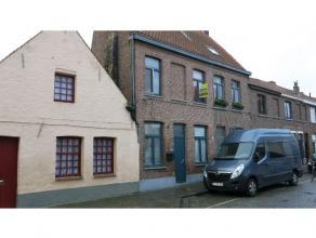 Deze gerenoveerde woning met veel lichtinval is rustig en centraal gelegen in het centrum van Brugge dichtbij de Kazernevest.Bestaande uit een inkom,
