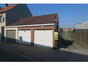 Garagebox te koop te Sint-Kruis, voor uw comfort extra opslagplaats en/of voor uw wagen op een veilige en overdekte locatie te stationeren. Ideale inv